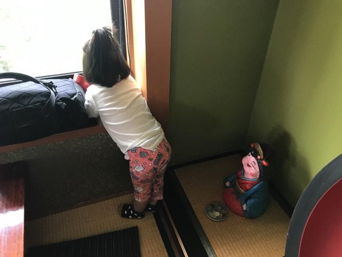 松本城を眺める娘