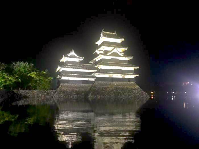 夜の松本城
